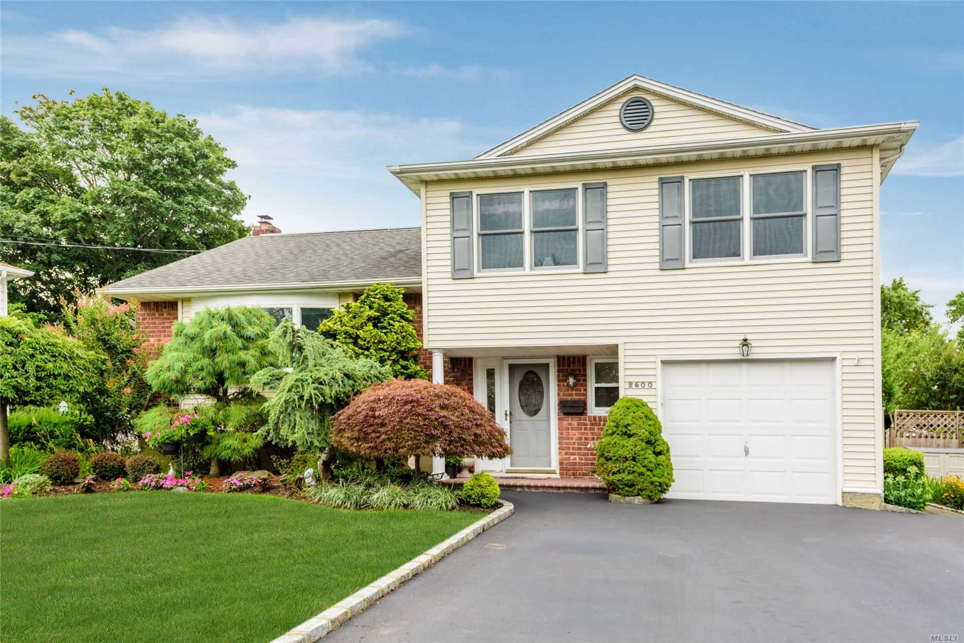 2600 Phyllis Dr North Bellmore Ny 11710 Mls 3150011 Coldwell Banker