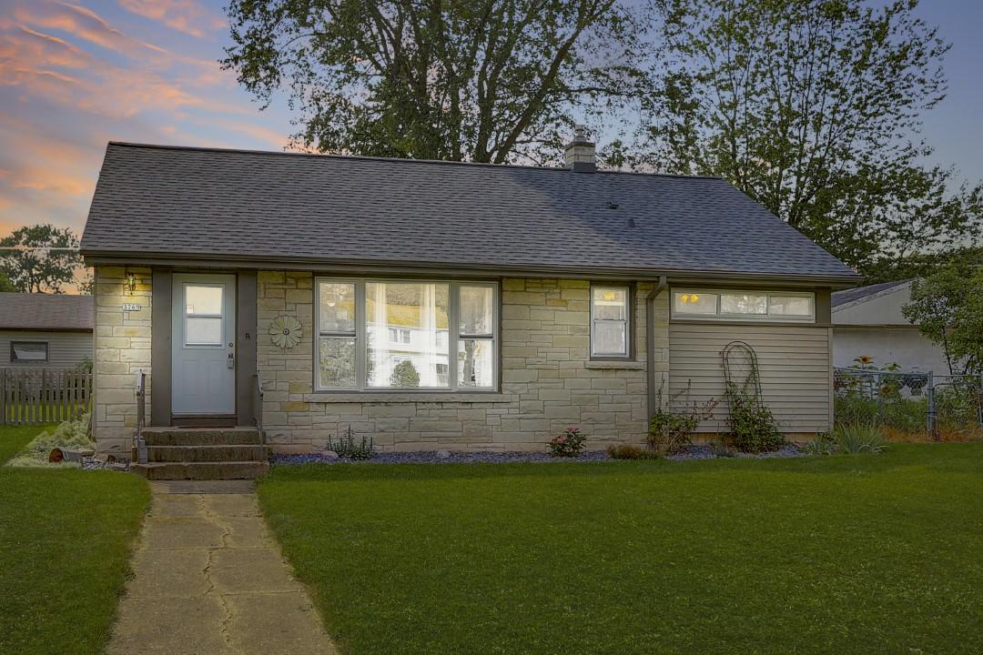 Admirable 3769 S 47Th St Milwaukee Wi 53220 Mls 1658519 Coldwell Banker Beutiful Home Inspiration Cosmmahrainfo