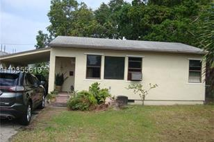 330 SW 13th St - Photo 1