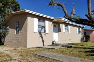 870 NW 2nd St - Photo 1