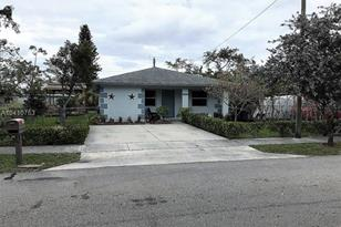 2621 NW 5th St - Photo 1